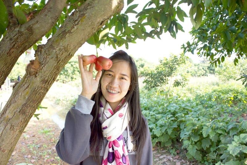 Κορίτσι με το ροδαλό δέντρο μηλιάς στοκ εικόνες
