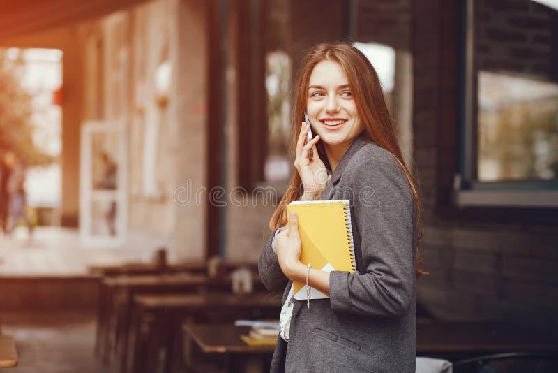 Κορίτσι με το σημειωματάριο στοκ φωτογραφίες με δικαίωμα ελεύθερης χρήσης