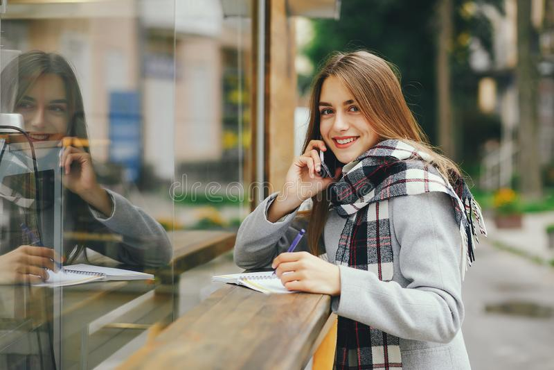 Κορίτσι με το σημειωματάριο στοκ φωτογραφία