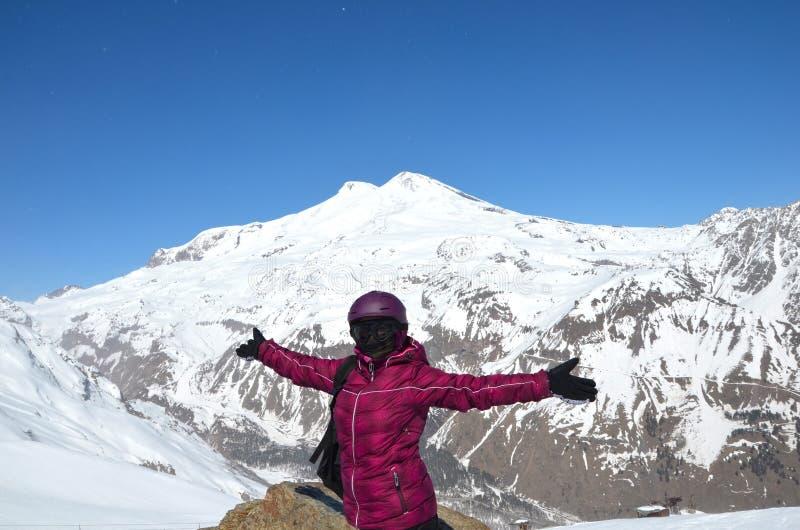 Κορίτσι με το σνόουμπορντ που εγκαθιστά στα βουνά Καύκασου στοκ φωτογραφία με δικαίωμα ελεύθερης χρήσης