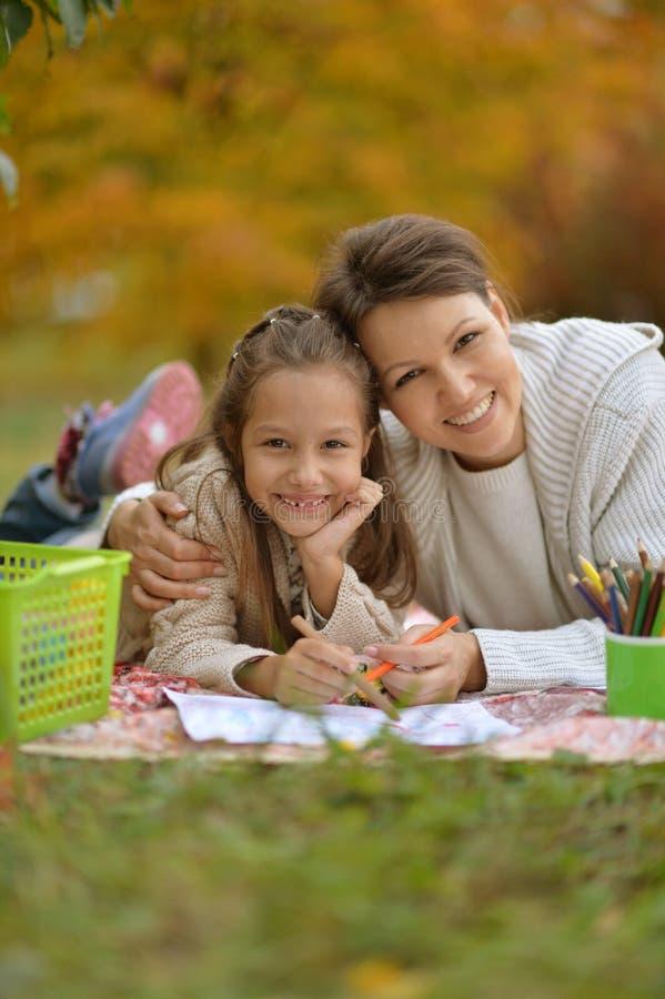 Κορίτσι με το σχέδιο μητέρων στοκ φωτογραφία με δικαίωμα ελεύθερης χρήσης