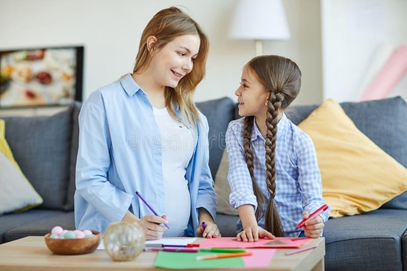Κορίτσι με το σχέδιο Mom στοκ φωτογραφία με δικαίωμα ελεύθερης χρήσης