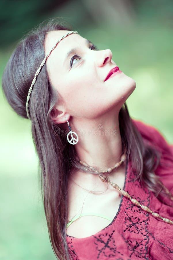 Κορίτσι με το σύμβολο ειρήνης χίπηδων σκουλαρικιών στοκ εικόνα