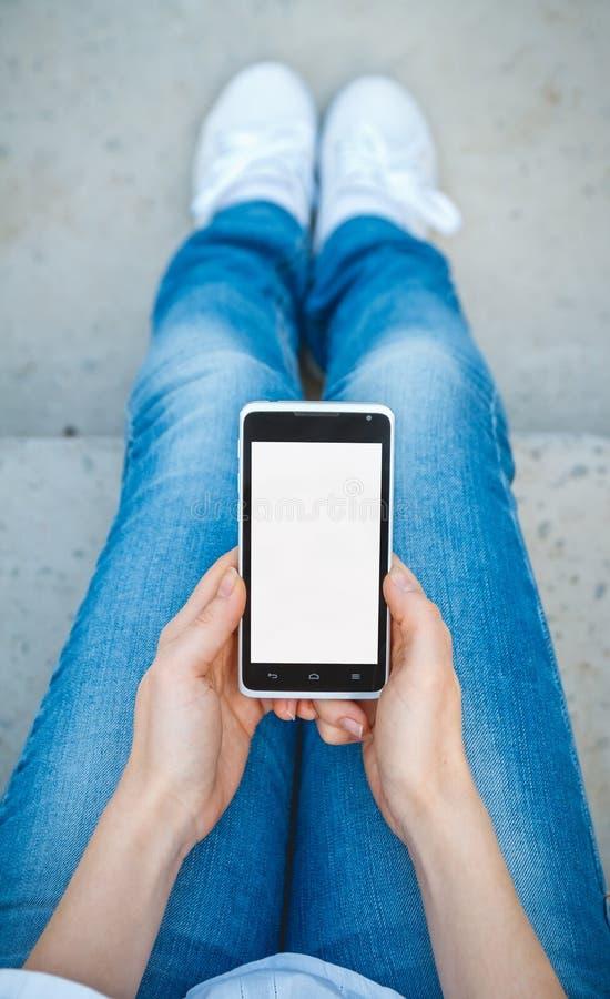 Κορίτσι με το τηλέφωνο διαθέσιμο στοκ φωτογραφία με δικαίωμα ελεύθερης χρήσης