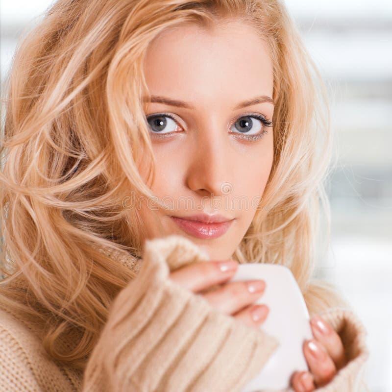 Κορίτσι με το φλυτζάνι στοκ εικόνες