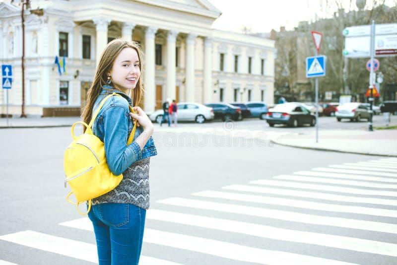 Κορίτσι με το φωτεινό μοντέρνο κίτρινο σακίδιο πλάτης στοκ φωτογραφία με δικαίωμα ελεύθερης χρήσης