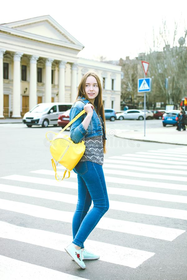 Κορίτσι με το φωτεινό μοντέρνο κίτρινο σακίδιο πλάτης στοκ εικόνα με δικαίωμα ελεύθερης χρήσης