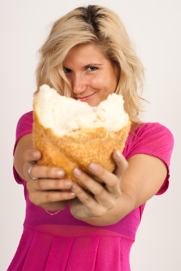 Κορίτσι με το ψωμί στοκ εικόνα με δικαίωμα ελεύθερης χρήσης