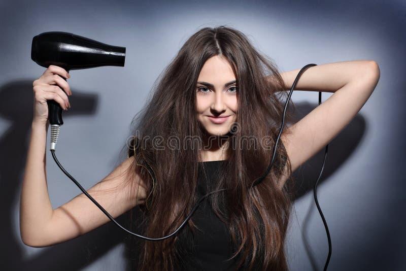 Κορίτσι με το hairdryer στοκ φωτογραφία με δικαίωμα ελεύθερης χρήσης