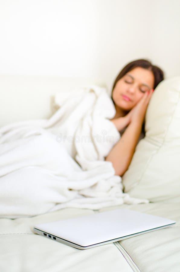 Κορίτσι με το lap-top στο κρεβάτι στοκ φωτογραφία με δικαίωμα ελεύθερης χρήσης