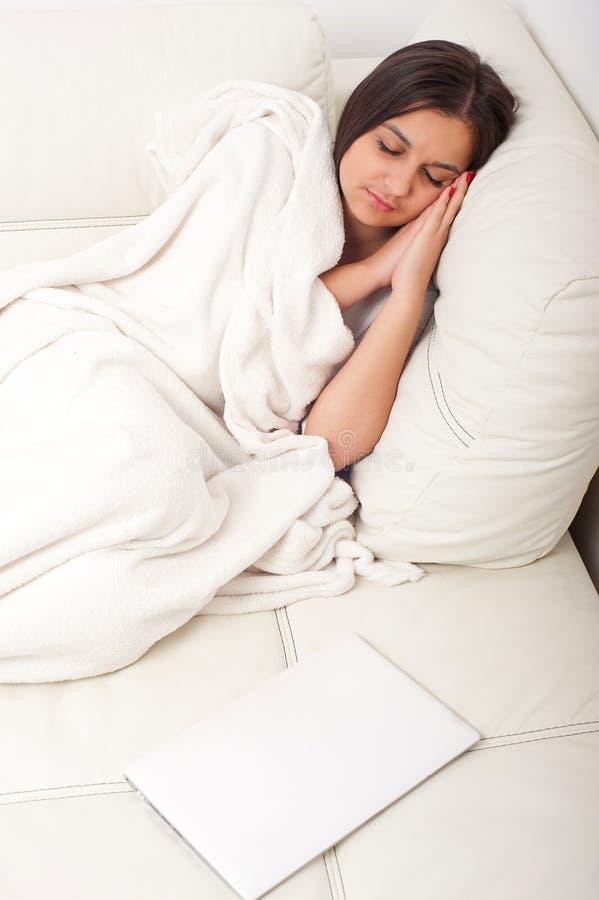 Κορίτσι με το lap-top στο κρεβάτι στοκ εικόνες