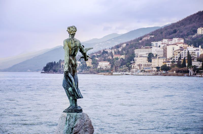 Κορίτσι με το seagull άγαλμα με την αδριατική θάλασσα στο υπόβαθρο σε Opatia, Κροατία στοκ εικόνα