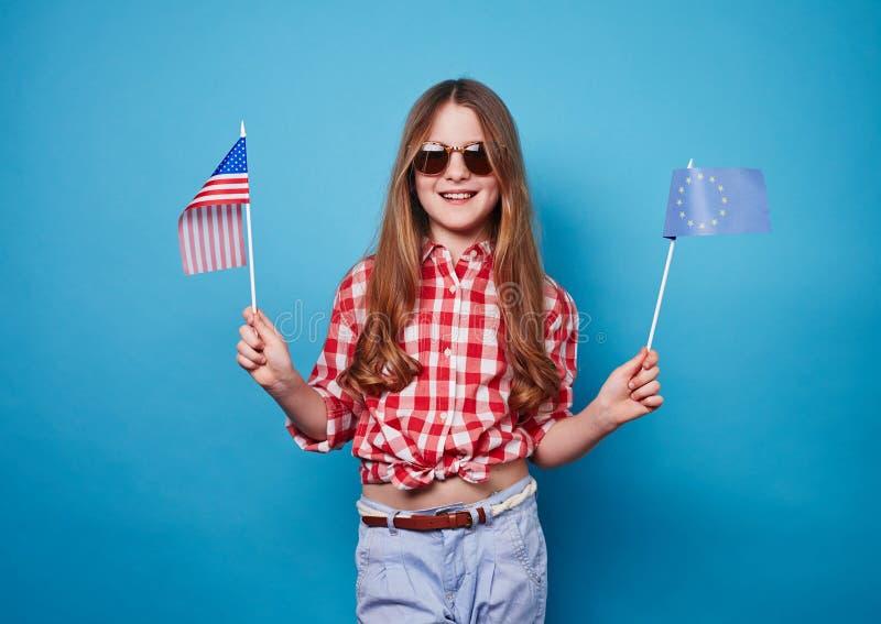 Κορίτσι με δύο σημαίες στοκ φωτογραφία