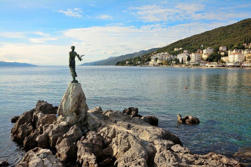 Κορίτσι με seagull Opatija, Κροατία στοκ φωτογραφία