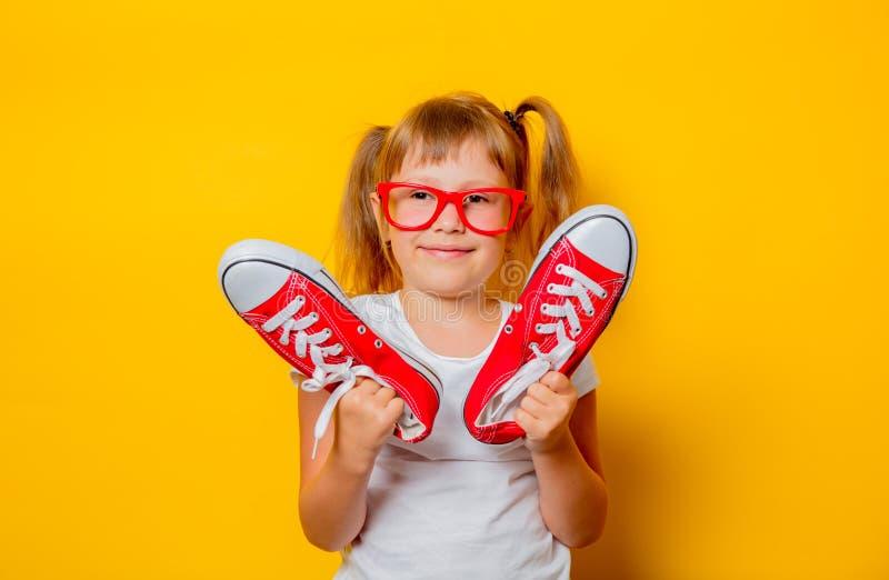 Κορίτσι μικρών παιδιών στα γυαλιά με τα gumshoes στοκ φωτογραφία με δικαίωμα ελεύθερης χρήσης