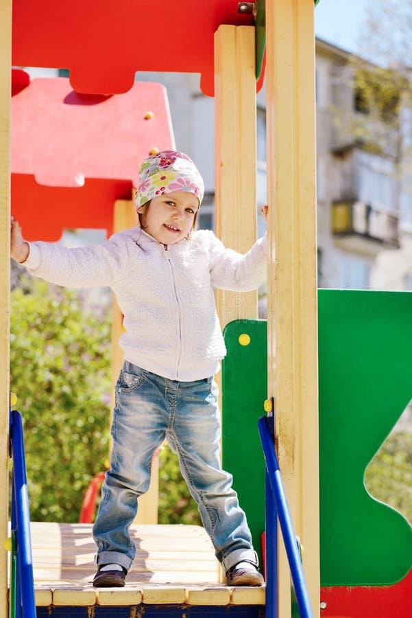 Κορίτσι μικρών παιδιών στην παιδική χαρά στοκ φωτογραφίες