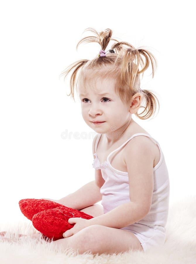 Κορίτσι μικρών παιδιών που βρίσκεται στο σπορείο στοκ εικόνες με δικαίωμα ελεύθερης χρήσης