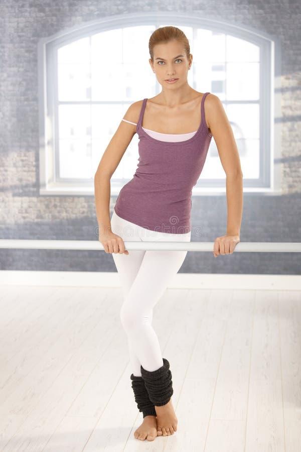 Κορίτσι μπαλέτου στην κλάση στοκ φωτογραφία με δικαίωμα ελεύθερης χρήσης