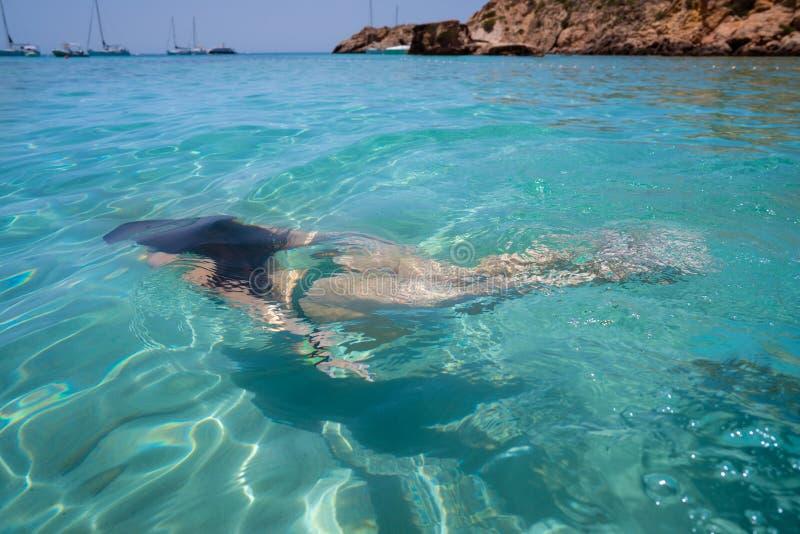 Κορίτσι μπικινιών Ibiza που κολυμπά τη σαφή παραλία νερού στοκ εικόνες