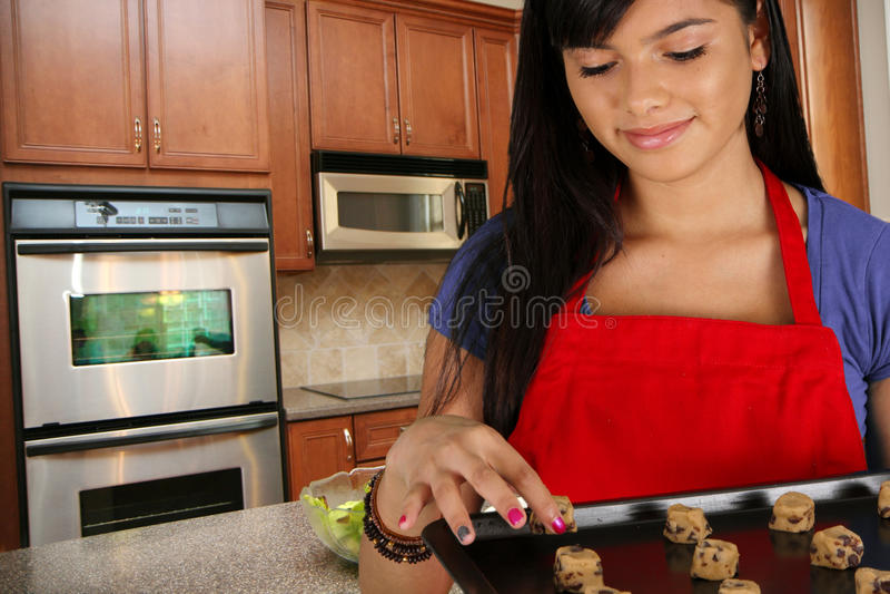 κορίτσι μπισκότων ψησίματος στοκ φωτογραφίες