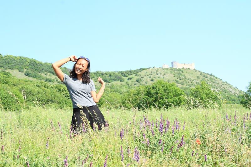 Κορίτσι μπροστά από το κάστρο Devicky σε Palava στοκ φωτογραφία με δικαίωμα ελεύθερης χρήσης