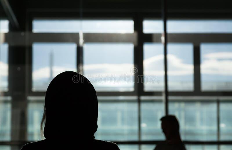 Κορίτσι μυστηρίου ραντεβού στα τυφλά μόνο - κάνετε κακή χρήση της κατάθλιψης ή της χρονολόγησης φοβίας στη σκοτεινή έννοια στοκ εικόνα με δικαίωμα ελεύθερης χρήσης