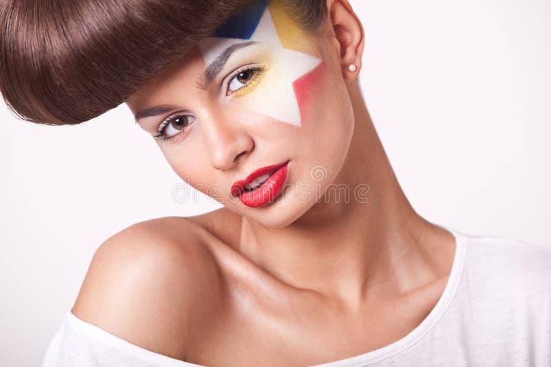 Κορίτσι μόδας κινηματογραφήσεων σε πρώτο πλάνο με το φωτεινό makeup στοκ φωτογραφία με δικαίωμα ελεύθερης χρήσης