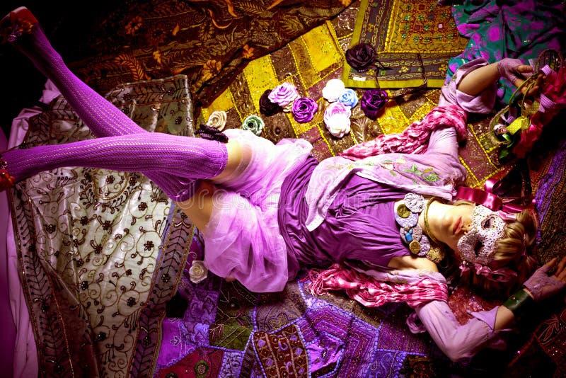 κορίτσι μόδας που καλύπτ&epsil στοκ εικόνα
