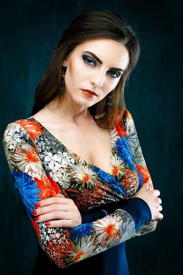 Κορίτσι μόδας ομορφιάς Το πορτρέτο της όμορφης νέας γυναίκας με τα κόκκινα χείλια έντυσε σε μια φωτεινή μπλούζα στοκ φωτογραφίες