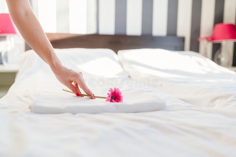Κορίτσι ξενοδοχείων που κάνει την υπηρεσία δωματίων στοκ εικόνα