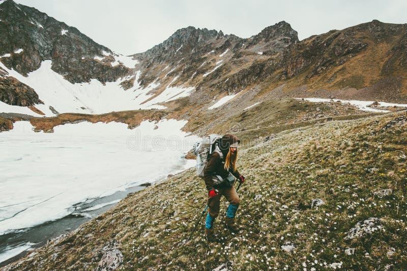 Κορίτσι οδοιπόρων στα βουνά που ταξιδεύουν την έννοια επιβίωσης τρόπου ζωής στοκ φωτογραφίες με δικαίωμα ελεύθερης χρήσης