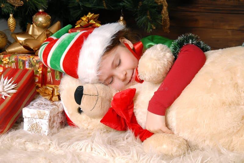 Κορίτσι - οι ύπνοι νεραιδών Χριστουγέννων κάτω από fir-tree στοκ φωτογραφία με δικαίωμα ελεύθερης χρήσης