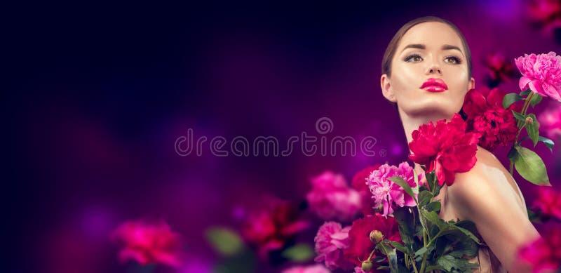 Κορίτσι ομορφιάς με πορφυρό, κόκκινο, ροζ πορτραίτο με ροδοπέταλα Γυναίκα μοντέλο ομορφιάς με λουλούδια πόνι στοκ φωτογραφία με δικαίωμα ελεύθερης χρήσης