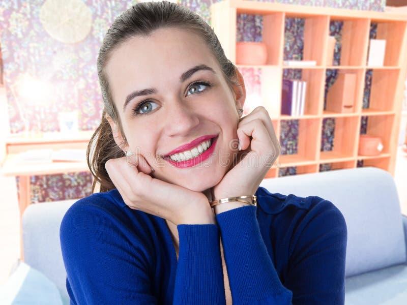 Κορίτσι ομορφιάς με τα άσπρα δόντια που χαμογελά στο σπίτι στοκ εικόνες