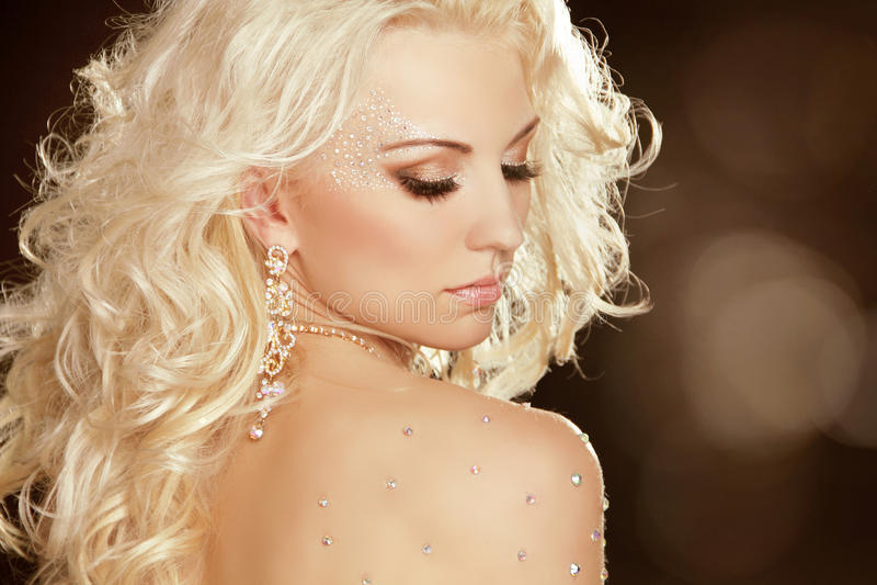 Κορίτσι ομορφιάς με την ξανθή σγουρή τρίχα. Πορτρέτο γυναικών τέχνης μόδας στοκ φωτογραφία με δικαίωμα ελεύθερης χρήσης