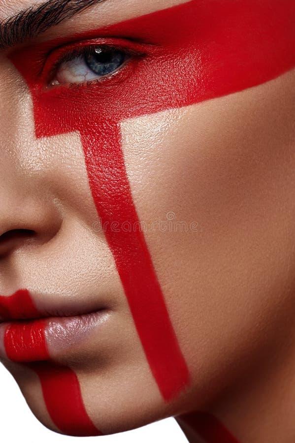 Κορίτσι ομορφιάς μόδας με τα φουτουριστικά κόκκινα λωρίδες στοκ εικόνες