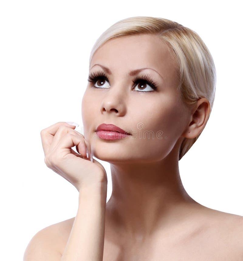 Κορίτσι ομορφιάς. Όμορφο πρόσωπο που απομονώνεται στο άσπρο υπόβαθρο. Φροντίδα δέρματος στοκ εικόνες με δικαίωμα ελεύθερης χρήσης