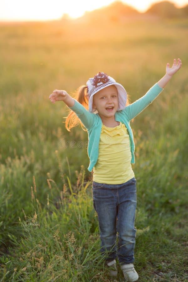 Κορίτσι πέντε ετών σε λιβάδι στοκ φωτογραφία με δικαίωμα ελεύθερης χρήσης