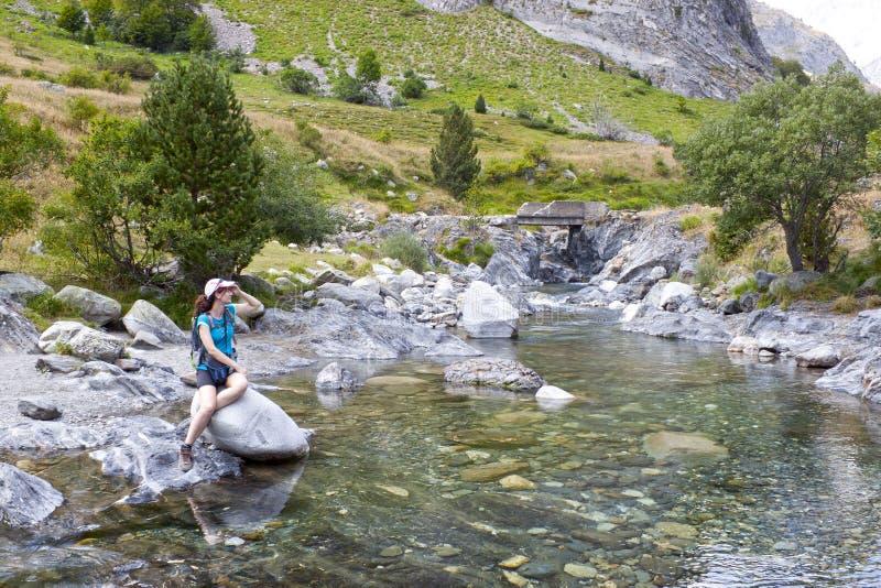 Κορίτσι πέρα από έναν βράχο που φαίνεται κάτι στον υψηλό στοκ φωτογραφία με δικαίωμα ελεύθερης χρήσης