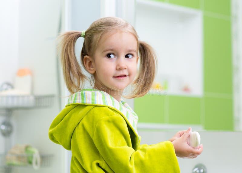 Κορίτσι παιδιών που πλένει τα χέρια της που προστατεύουν από τα μικρόβια στοκ εικόνα