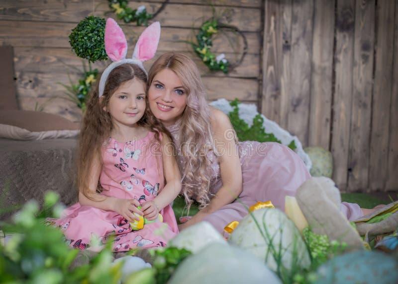 Κορίτσι παιδιών που φορούν τα αυτιά λαγουδάκι και η μητέρα της μεταξύ  στοκ εικόνες