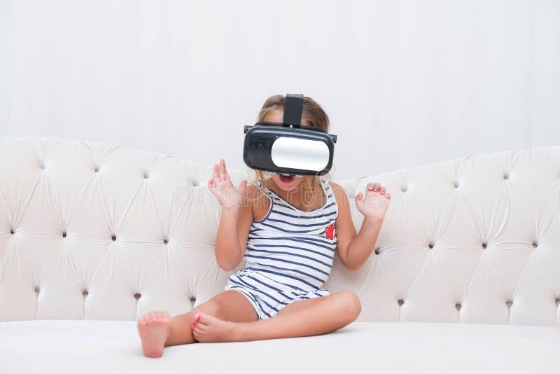 Κορίτσι παιδιών watchin vr στοκ εικόνα