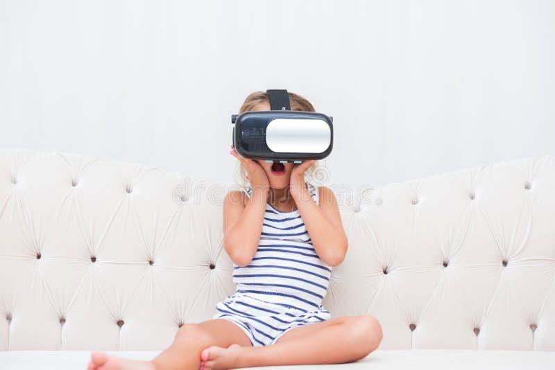 Κορίτσι παιδιών watchin vr στοκ φωτογραφία