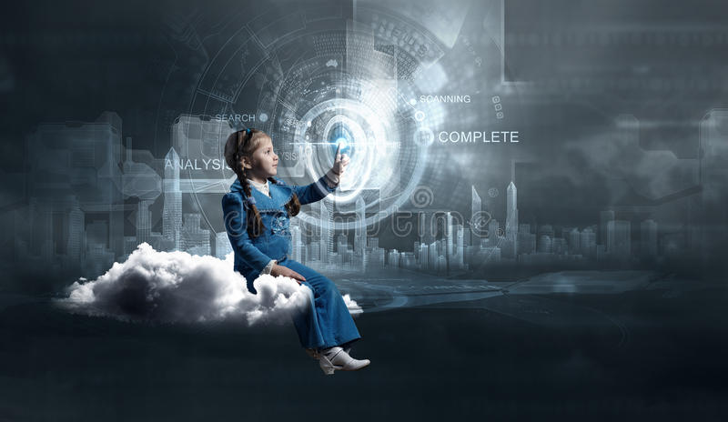 Κορίτσι παιδιών που χρησιμοποιεί τις σύγχρονες τεχνολογίες στοκ φωτογραφίες