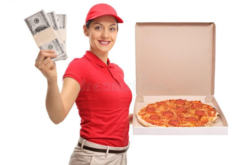 Κορίτσι παράδοσης πιτσών με τις δέσμες των χρημάτων και ενός κιβωτίου πιτσών στοκ φωτογραφία με δικαίωμα ελεύθερης χρήσης