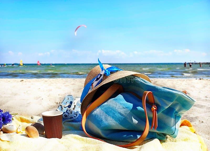 κορίτσι παραλιών ταξιδιού με σκοπό τις διακοπές υποβάθρου διακοπών θερινών το beachwear εξαρτημάτων διακοπών ντύνει τον κόκκινο Δ στοκ φωτογραφία