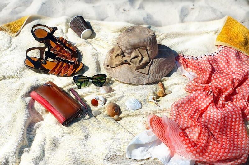 κορίτσι παραλιών ταξιδιού με σκοπό τις διακοπές υποβάθρου διακοπών θερινών το beachwear εξαρτημάτων ντύνει το κόκκινο καπέλο W φο στοκ εικόνες με δικαίωμα ελεύθερης χρήσης