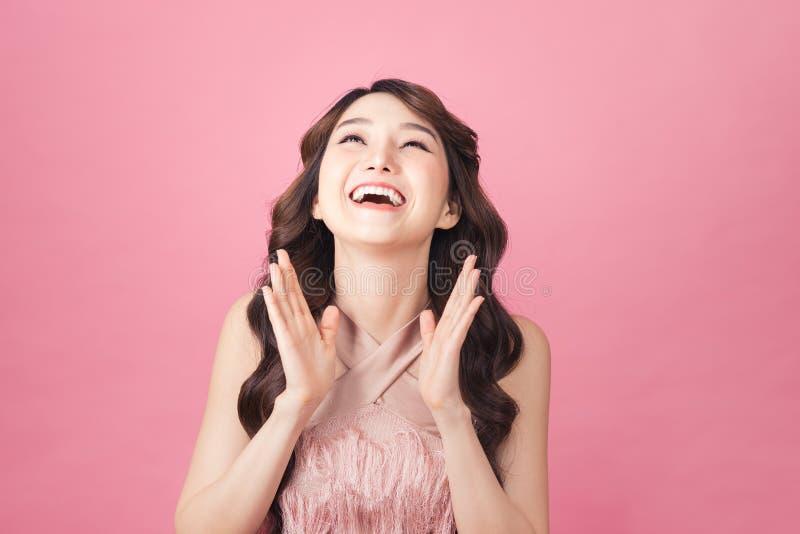 Κορίτσι ποζάρει νιώθοντας πολύ χαρούμενη ενθουσιασμένη και έκπληκτη στοκ φωτογραφίες