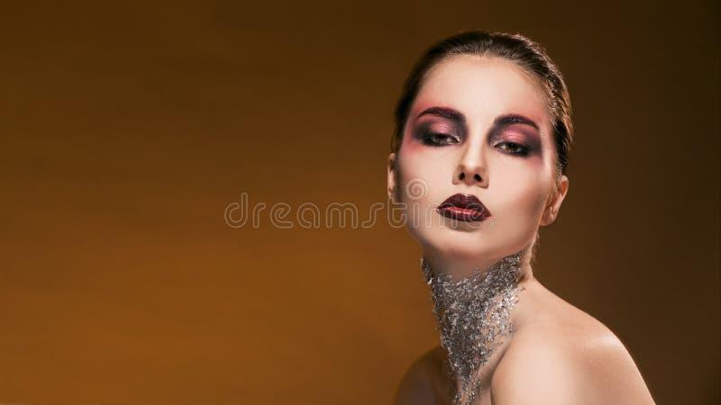 Κορίτσι πορτρέτου με το όμορφα makeup και το ασήμι επάνω στοκ φωτογραφία με δικαίωμα ελεύθερης χρήσης