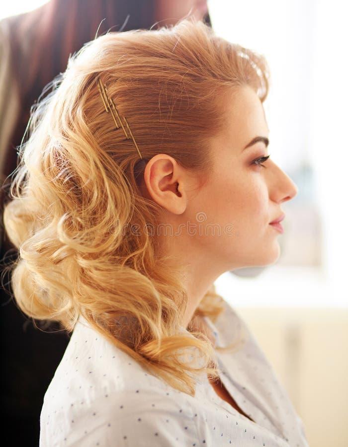 Κορίτσι πορτρέτου που κάνει το κούρεμα hairdressing στο σαλόνι, ομορφιά makeup στοκ εικόνες